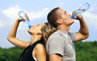 couple_drinking_water